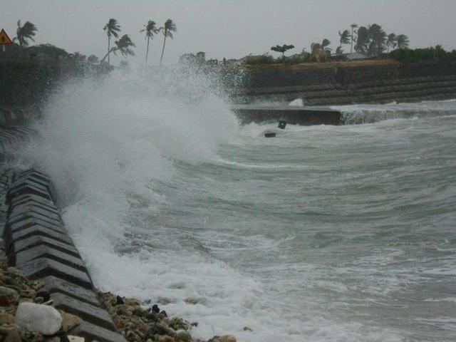 Quảng Ngãi: Biển động dữ dội cô lập đảo Bé Lý Sơn suốt nửa tháng - 1