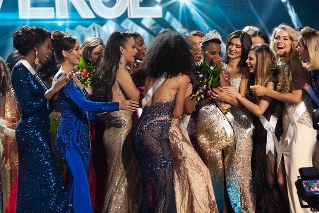Những hình ảnh đầy cảm xúc của chung kết Hoa hậu Hoàn vũ 2019 - 10