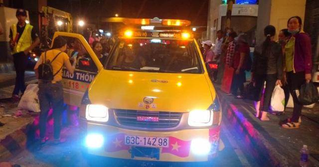 Xe chở công nhân lao vào trạm thu phí cao tốc TPHCM - Trung Lương, nhiều người bị thương - 2