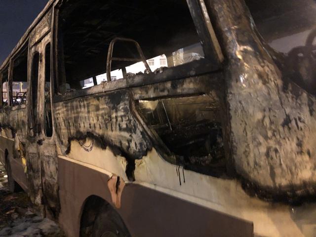 Ô tô bất ngờ bốc cháy dữ dội ở bãi đỗ - 1