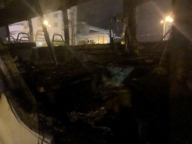 Ô tô bất ngờ bốc cháy dữ dội ở bãi đỗ - 2