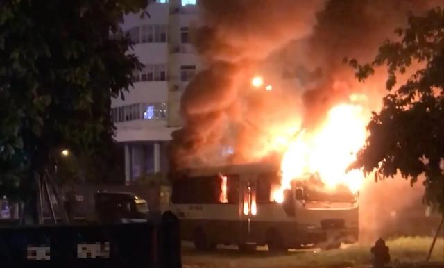 Ô tô bất ngờ bốc cháy dữ dội ở bãi đỗ - 3