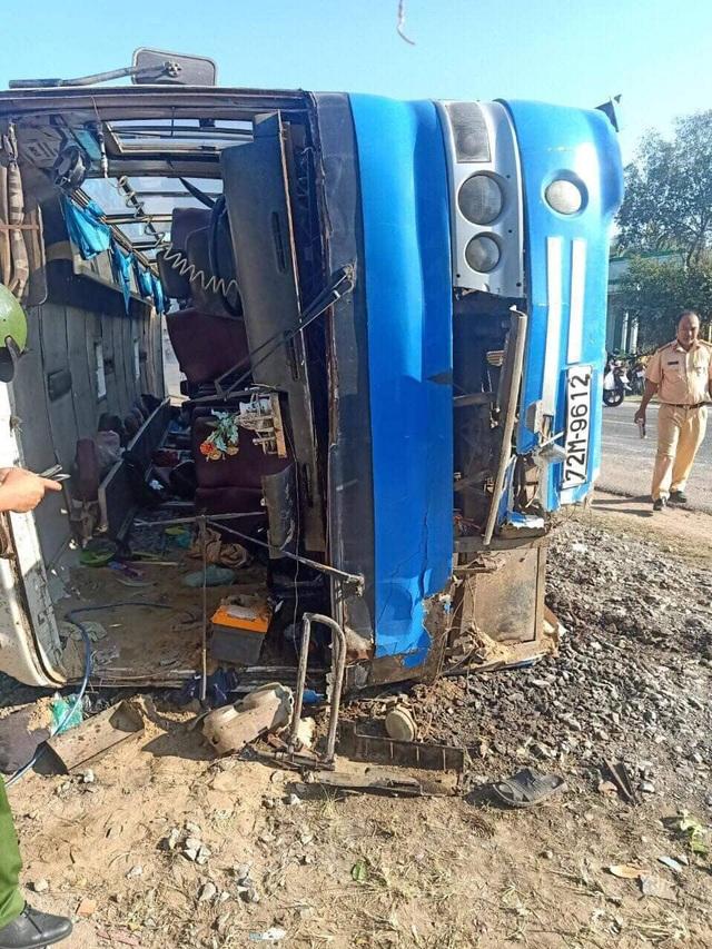 Xe chở công nhân lật đè trúng xe máy, 2 người chết, 11 người bị thương - 1