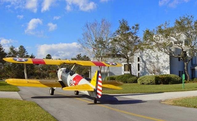 Thị trấn có máy bay riêng đỗ đầy đường, dân lượn trên trời đi ăn sáng - 1