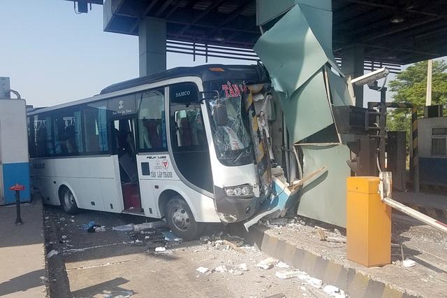 Xe khách tông nát 2 cabin trạm thu phí cao tốc TPHCM-Trung Lương - 1
