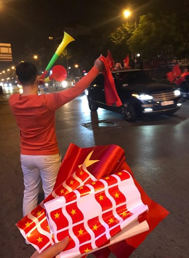 """100.000 đồng/lá cờ, dân Hà Nội bạo chi không tiếc đi... """"bão"""" - 1"""