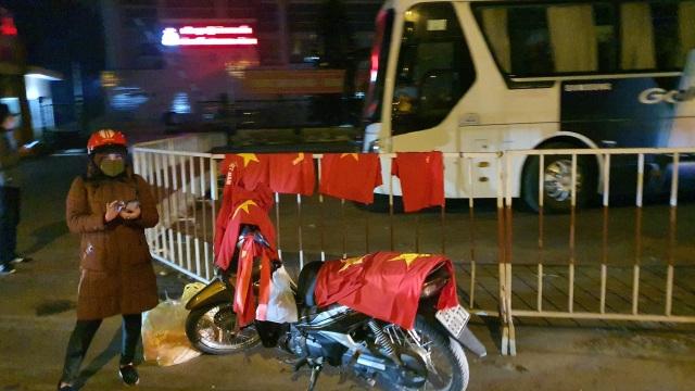 """100.000 đồng/lá cờ, dân Hà Nội bạo chi không tiếc đi... """"bão"""" - 2"""
