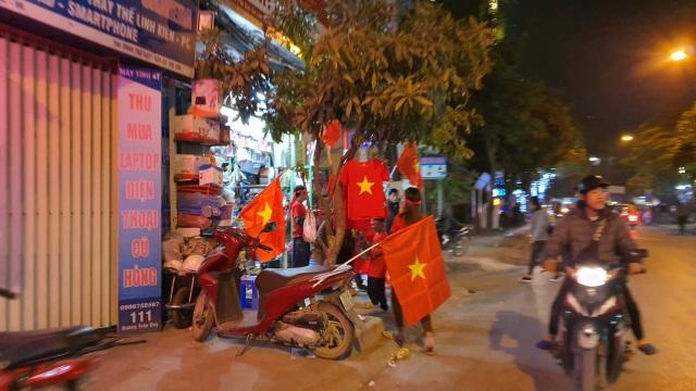 """100.000 đồng/lá cờ, dân Hà Nội bạo chi không tiếc đi... """"bão"""" - 5"""