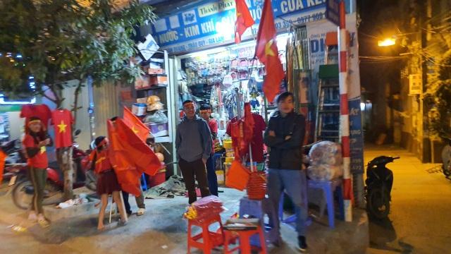 """100.000 đồng/lá cờ, dân Hà Nội bạo chi không tiếc đi... """"bão"""" - 3"""
