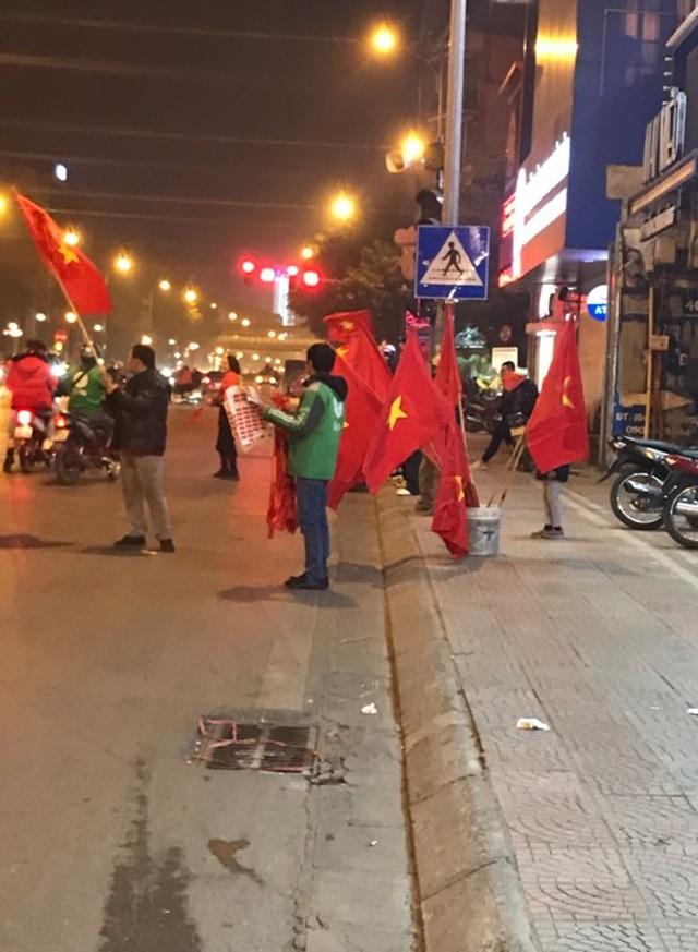 """100.000 đồng/lá cờ, dân Hà Nội bạo chi không tiếc đi... """"bão"""" - 4"""