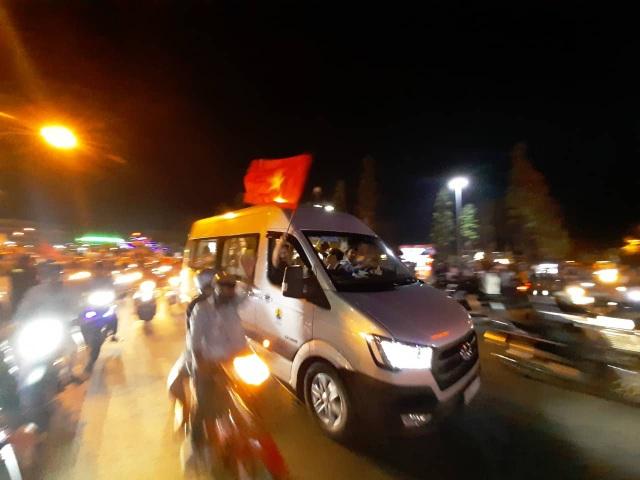 Hàng vạn người hâm mộ xuống đường mừng U22 Việt Nam vô địch SEA Games - 15