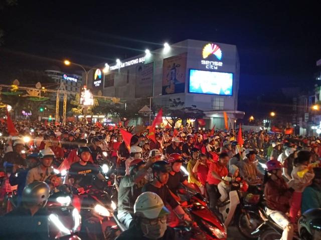 Hàng vạn người hâm mộ xuống đường mừng U22 Việt Nam vô địch SEA Games - 4
