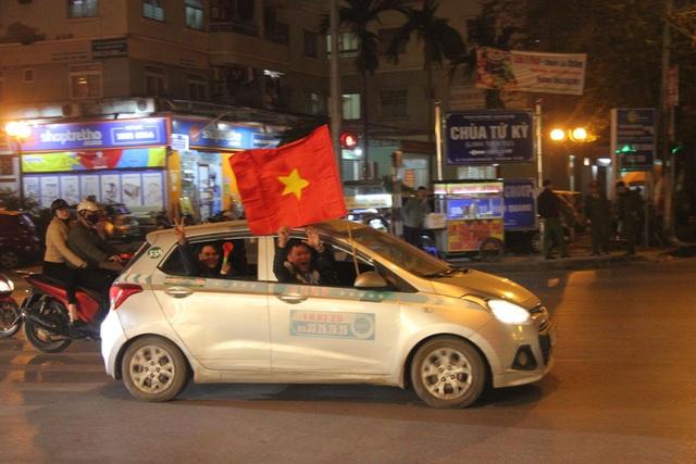 Hàng vạn người hâm mộ xuống đường mừng U22 Việt Nam vô địch SEA Games - 16