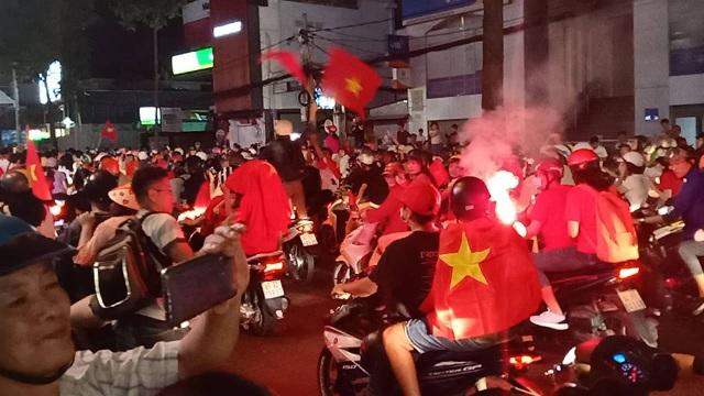 Hàng vạn người hâm mộ xuống đường mừng U22 Việt Nam vô địch SEA Games - 2