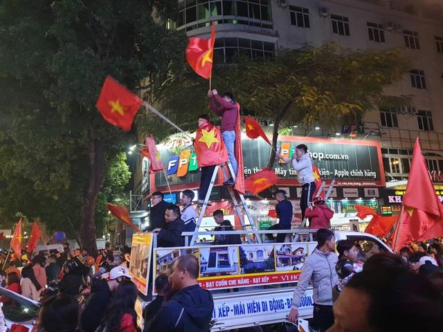 Hàng vạn người hâm mộ xuống đường mừng U22 Việt Nam vô địch SEA Games - 6