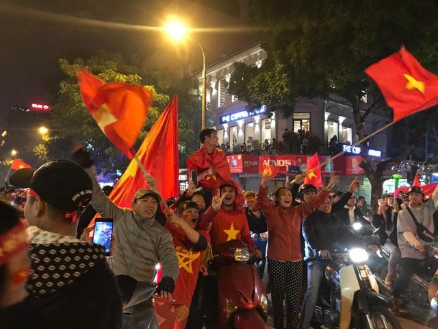 Hàng vạn người hâm mộ xuống đường mừng U22 Việt Nam vô địch SEA Games - 11