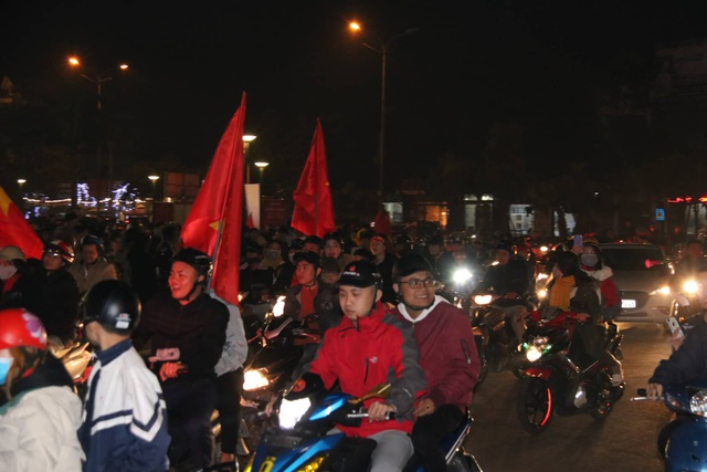 Hàng vạn người hâm mộ xuống đường mừng U22 Việt Nam vô địch SEA Games - 13
