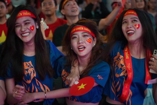 Vỡ òa với 3 bàn thắng của Văn Hậu, Hùng Dũng - 1