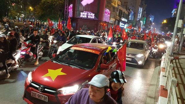 Hàng vạn người hâm mộ xuống đường mừng U22 Việt Nam vô địch SEA Games - 9