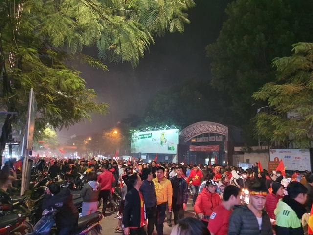 Hàng vạn người hâm mộ xuống đường mừng U22 Việt Nam vô địch SEA Games - 19