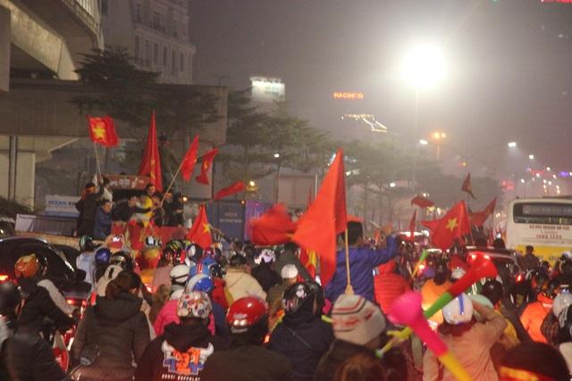 Hàng vạn người hâm mộ xuống đường mừng U22 Việt Nam vô địch SEA Games - 5