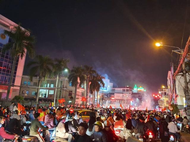 Hàng vạn người hâm mộ xuống đường mừng U22 Việt Nam vô địch SEA Games - 1