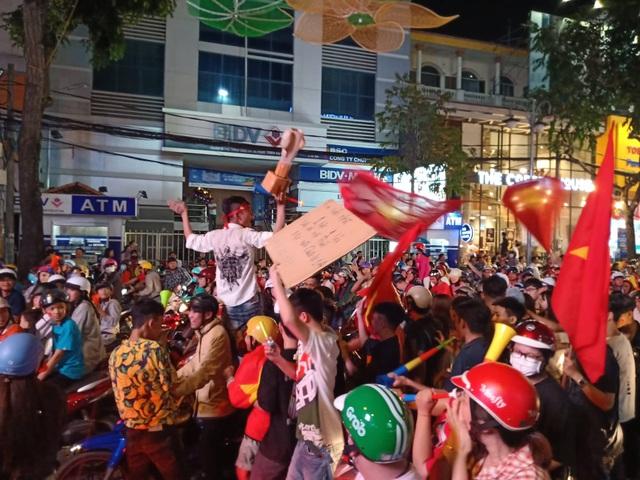 Hàng vạn người hâm mộ xuống đường mừng U22 Việt Nam vô địch SEA Games - 3