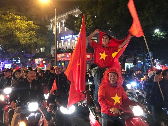 Hàng vạn người hâm mộ xuống đường mừng U22 Việt Nam vô địch SEA Games - 10