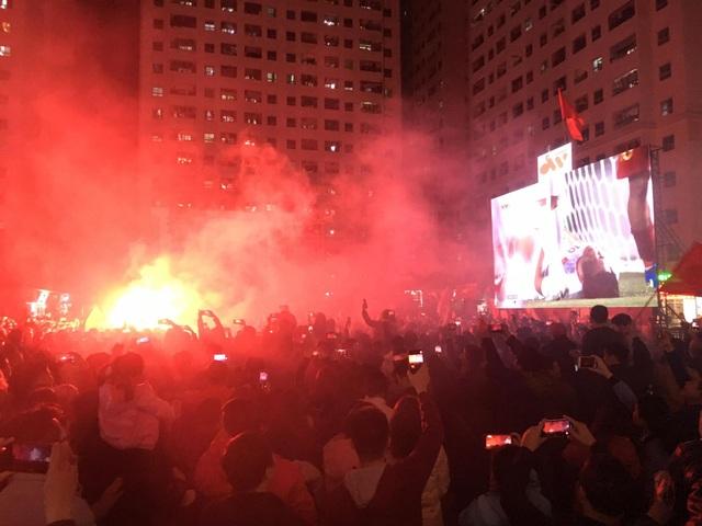 Hàng vạn người hâm mộ xuống đường mừng U22 Việt Nam vô địch SEA Games - 20