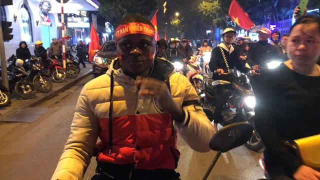 Hàng vạn người hâm mộ xuống đường mừng U22 Việt Nam vô địch SEA Games - 18