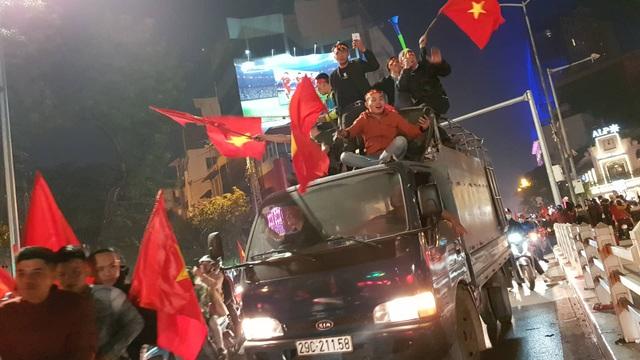 Hàng vạn người hâm mộ xuống đường mừng U22 Việt Nam vô địch SEA Games - 8