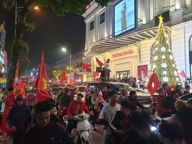Hàng vạn người hâm mộ xuống đường mừng U22 Việt Nam vô địch SEA Games - 7