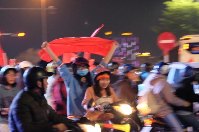 Hàng vạn người hâm mộ xuống đường mừng U22 Việt Nam vô địch SEA Games - 12