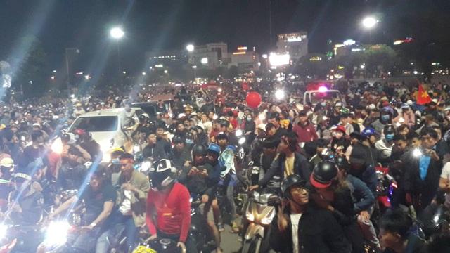 Hàng vạn người hâm mộ xuống đường mừng U22 Việt Nam vô địch SEA Games - 14