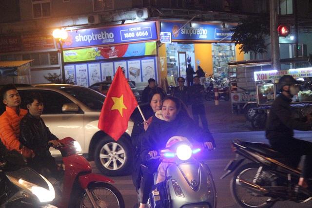 Hàng vạn người hâm mộ xuống đường mừng U22 Việt Nam vô địch SEA Games - 17