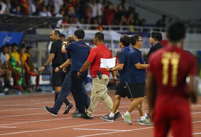 Khoảnh khắc HLV Park Hang Seo bị thẻ đỏ do phản ứng trọng tài - 3