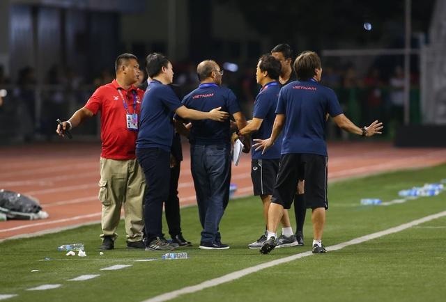 Khoảnh khắc HLV Park Hang Seo bị thẻ đỏ do phản ứng trọng tài - 2