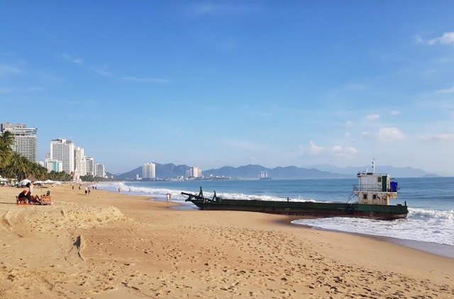 Sà lan vận tải dài hơn 30m hỏng máy, mắc cạn trên bờ biển Nha Trang - 1