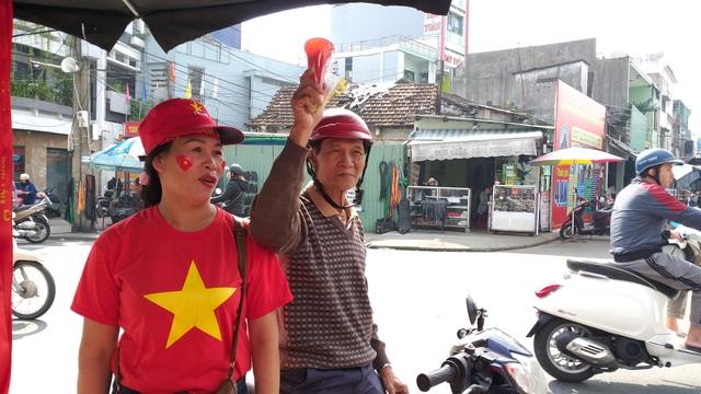 Áo, mũ, cờ... cổ vũ cho đội tuyển Việt Nam đắt khách - 2