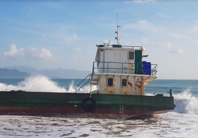 Sà lan vận tải dài hơn 30m hỏng máy, mắc cạn trên bờ biển Nha Trang - 2