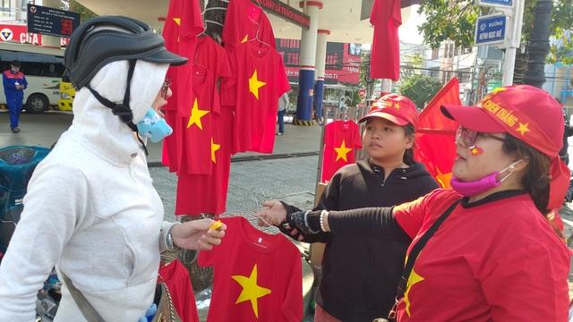 Áo, mũ, cờ... cổ vũ cho đội tuyển Việt Nam đắt khách - 4