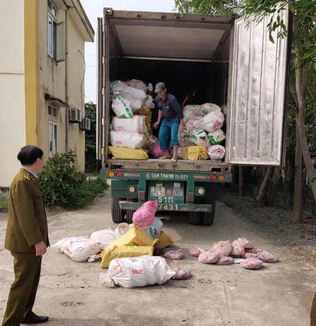 Xe container chở hơn 10 tấn nội tạng bốc mùi hôi thối - 1