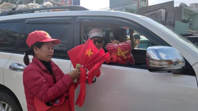 Áo, mũ, cờ... cổ vũ cho đội tuyển Việt Nam đắt khách - 3