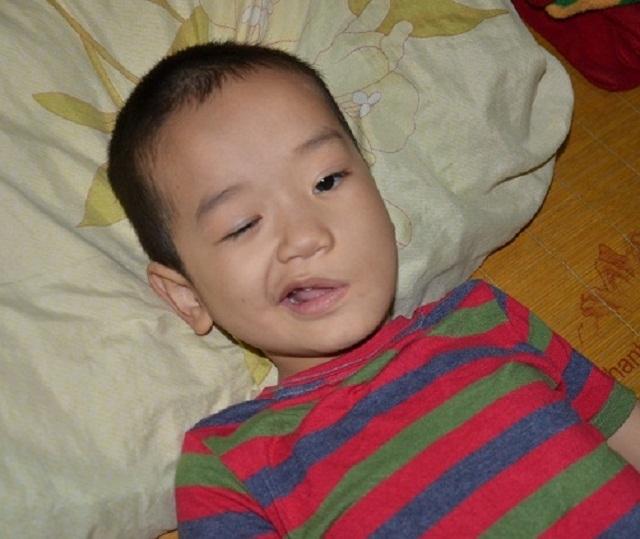 Cậu bé có tuổi thơ gắn liền với bệnh viện được bạn đọc giành lại mạng sống - 1