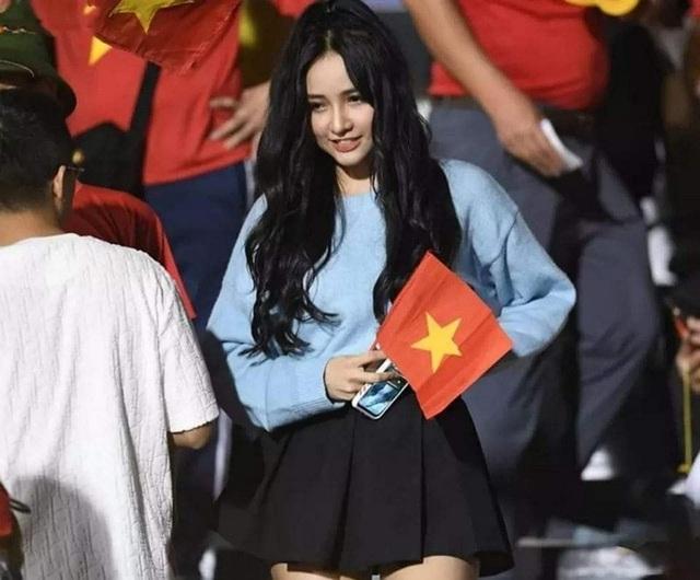 Nữ CĐV xinh đẹp được tìm kiếm sau chung kết bóng đá nam SEA Games 30 - 2