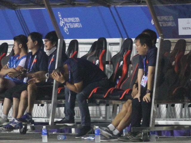 Khoảnh khắc HLV Park Hang Seo bị thẻ đỏ do phản ứng trọng tài - 10