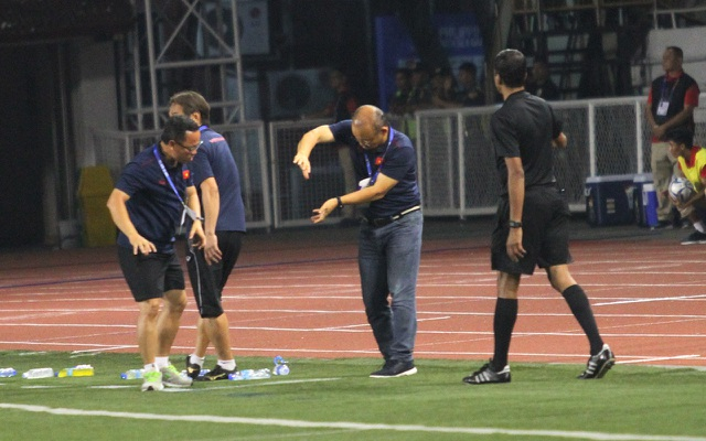 Khoảnh khắc HLV Park Hang Seo bị thẻ đỏ do phản ứng trọng tài - 6