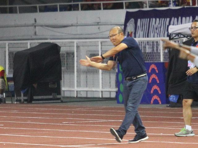 Khoảnh khắc HLV Park Hang Seo bị thẻ đỏ do phản ứng trọng tài - 8