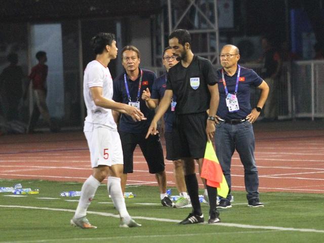Khoảnh khắc HLV Park Hang Seo bị thẻ đỏ do phản ứng trọng tài - 19