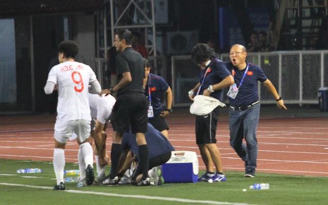 Khoảnh khắc HLV Park Hang Seo bị thẻ đỏ do phản ứng trọng tài - 16